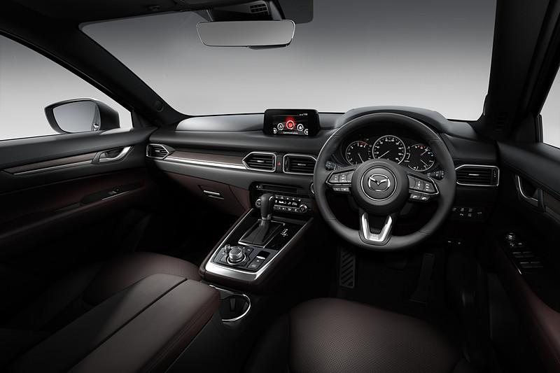 「L Package」車では運転席と助手席に「シートベンチレーション」を採用。センターコンソールではスイッチ類がエアコンパネルに集約され、デザインも一新されて操作性と質感を高めた
