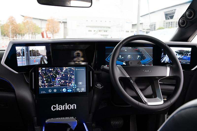 ClarionCar2ndはステアリング前方にメーター画面が1つ、電子ミラー画面が2つ、AIエージェントが表示される画面が1つの計4つのディスプレイを搭載