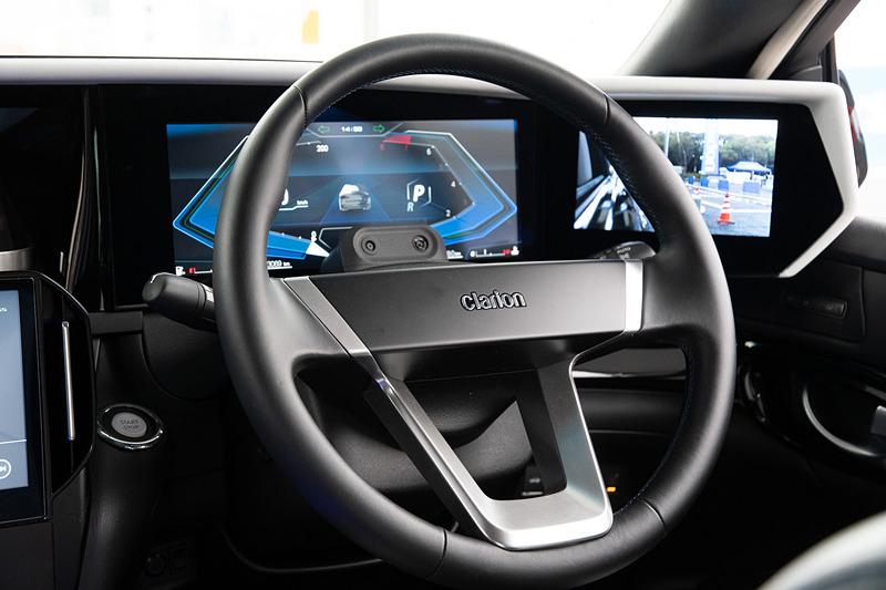 ステアリング上方にはドライバーモニタリング用のカメラが設置される