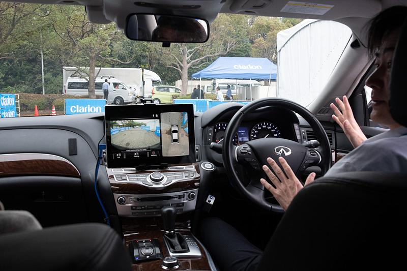 スマートフォンから操作をすると、自動でステアリング操作、アクセル操作、ブレーキ操作を行なって駐車する