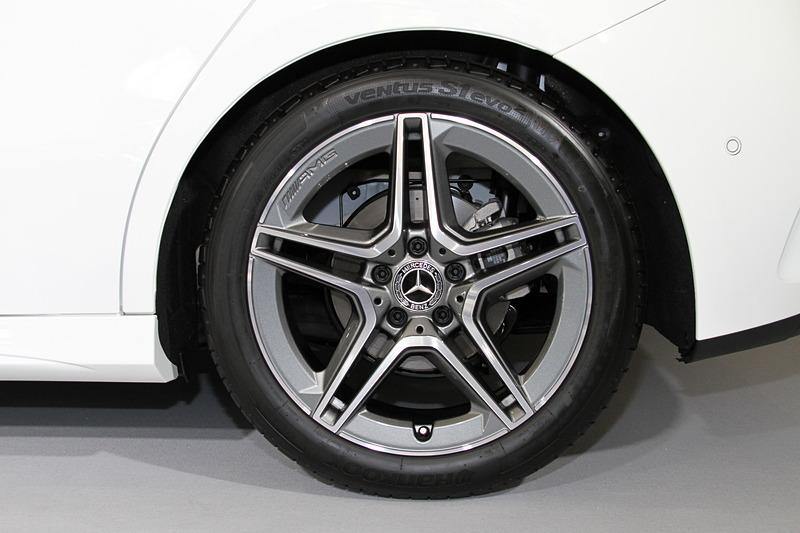 A 180、A 180 Styleでは16インチアルミホイールが標準装備になるが、撮影車は「AMGライン」に含まれる18インチAMG5ツインスポークアルミホイール(タイヤはハンコック「ventus S1 evo2」で、サイズは225/45 R18)を装備