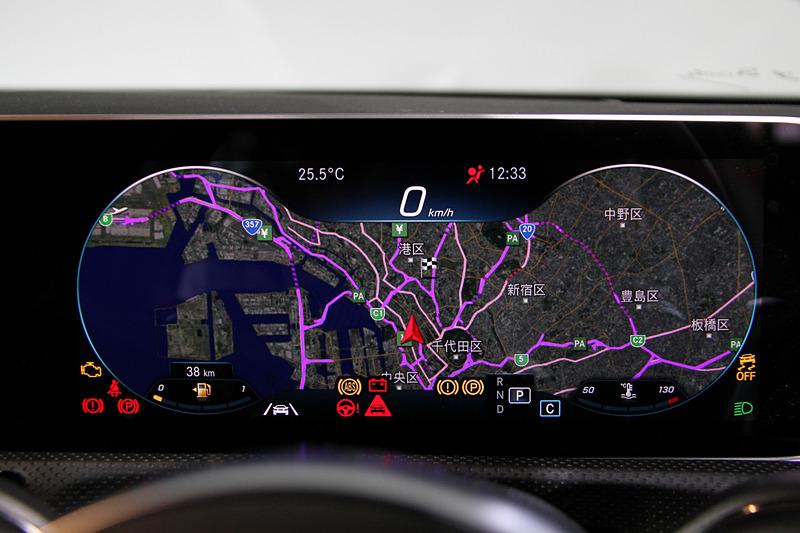 新型Aクラスではショルダールーム、エルボールーム、ヘッドルームを拡大して居住性を高めるとともに、後席への乗降性を向上。運転席側のディスプレイは「モダンクラシック」「スポーツ」「ジェントル」の3パターンに加え、地図表示も可能