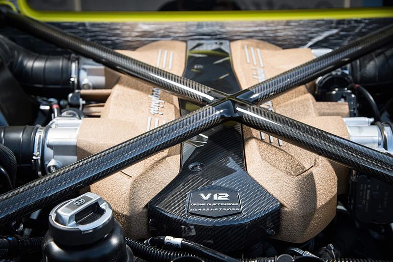 最高出力566kW(770HP)/8500rpm、最大トルク720Nm/6750rpmを発生するV型12気筒6.5リッターエンジンを搭載し、トランスミッションに7速AMTを組み合わせる。最高速は350km/h以上、0-100km/h加速2.8秒を誇る