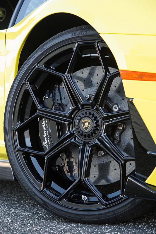 フロント20インチ、リア21インチのホイールには、専用設計のピレリ製「P ゼロ コルサ」を装着。タイヤサイズはフロント255/30 ZR20、リア355/25 ZR21。ブレーキはフロント6ピストン、リア4ピストンのキャリパーを持つ真空ブレーキブースター付き油圧式デュアルサーキットブレーキシステムを採用