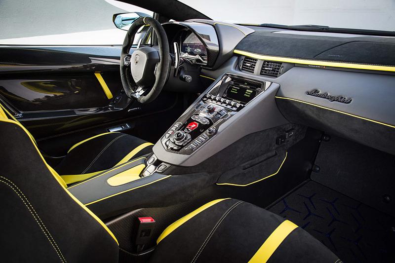 アヴェンタドールSVJのインテリア。シートはリクライニング可能なスポーツシートと、サーキット用のバケットタイプの2種類から選択可能。ドライビングモードは「ストラーダ」「スポーツ」「コルサ」に加え、「EGOモード」ではパワートレーン、ステアリング、サスペンションの設定を好みに応じてカスタマイズできる
