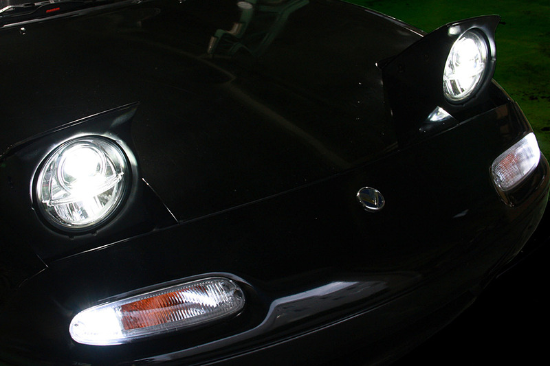 LEDヘッドライトの点灯イメージ。色温度は6000K