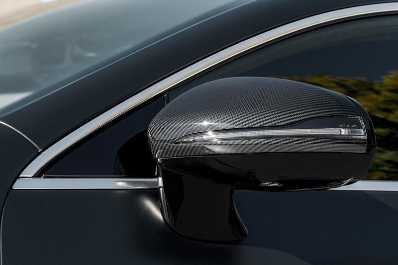 エクステリアではAMGパナメリカーナ・グリルとともに、フレームレスのサイドウィンドウ、スリムなLEDテールランプなどを採用。V8モデルではフロントバンパー両サイドのダクトに3本のルーバーが備わるほか、台形の4本出しテールパイプなどを採用する