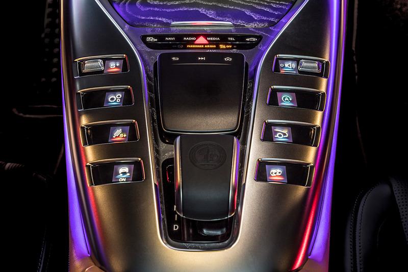 インテリアではイルミネーション機能を備えるタービンデザインのエアコン吹き出し口を採用するとともに、「クラシック」「スポーツ」「スーパースポーツ」の3種類から表示を選択可能な2つの12.3インチ高解像度ディスプレイをV8モデルで標準装備(直6モデルはオプション)。ラゲッジスペースは容量は395L~1324L