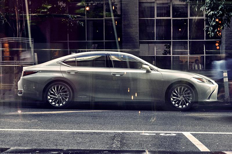 「Provocative Elegance」をコンセプトにした新型ESの外観デザイン。ボディサイズは4975×1865×1445mm(全長×全幅×全高)、ホイールベースは2870mm
