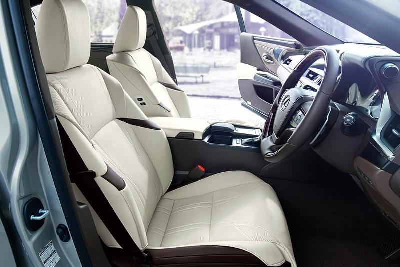 アームレスト類をシートバックを連続させ、乗員を包み込むコックピットデザインのフロントシート。全車でパドルシフトを備える本革巻ステアリングを標準装備する