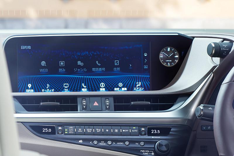 メニューと地図を同時に表示することも可能な12.3インチワイドディスプレイをセンターコンソールに装着。GPSによる時刻補正機能を備えるアナログクロックを全車標準装備