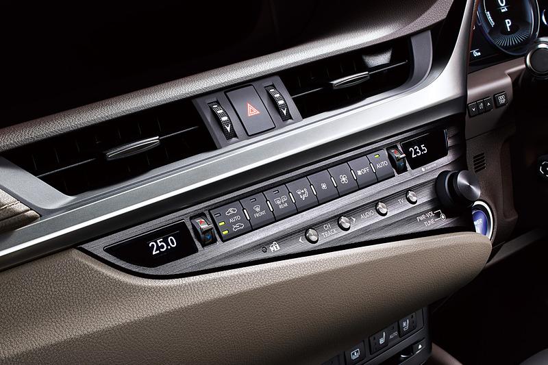 温度設定をトグルスイッチで変更するオートエアコンは、乗車している人の座る位置に利用するエアコン吹き出し口を連動させる「S-FLOW制御」などを持つ「レクサス クライメイト コンシュルジュ」に対応