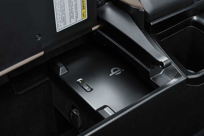 左右どちらにも開閉可能なセンターアームレストの下に、Qi(チー)対応の「おくだけ充電」のトレーを全車でオプション設定