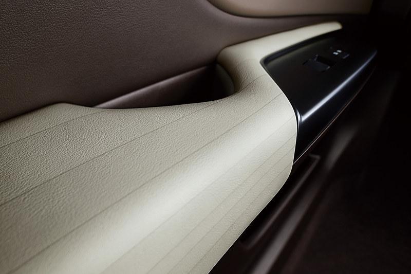 """塗装技術で表皮の質感に凹凸や段差、ラインなどを設定する「ビスコテック」を""""F SPORT""""以外のグレードで採用。ドアアームレストやセンターコンソールに、前方から後方に向けて広がっているラインを与えることで、包まれ感と広がり感を演出している"""