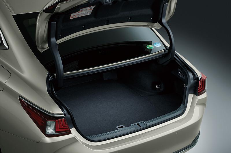 走行用のハイブリッドバッテリーをリアシート下に装着することで、トランク容量は443Lを確保。9.5インチのゴルフバッグ4個、スーツケース(77×73cmサイズ)2個などが入る