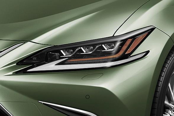 """「三眼フルLEDヘッドライト」は""""version L""""と""""F SPORT""""で標準装備。ベースグレードとなるES300hでもオプション装着が可能"""