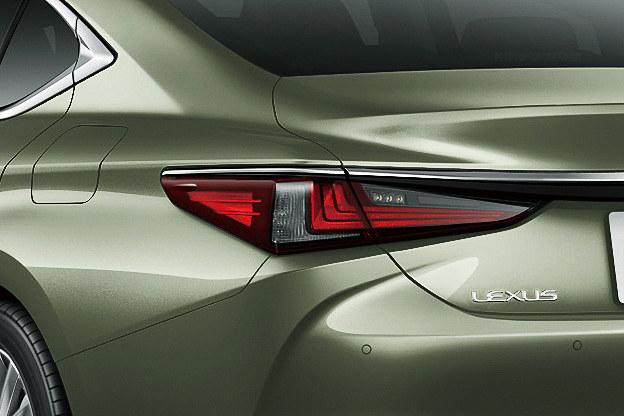 レクサス車のアイデンティティであるL字形状をデザインに取り入れた「フルLEDリアコンビネーションランプ」は全車標準装備