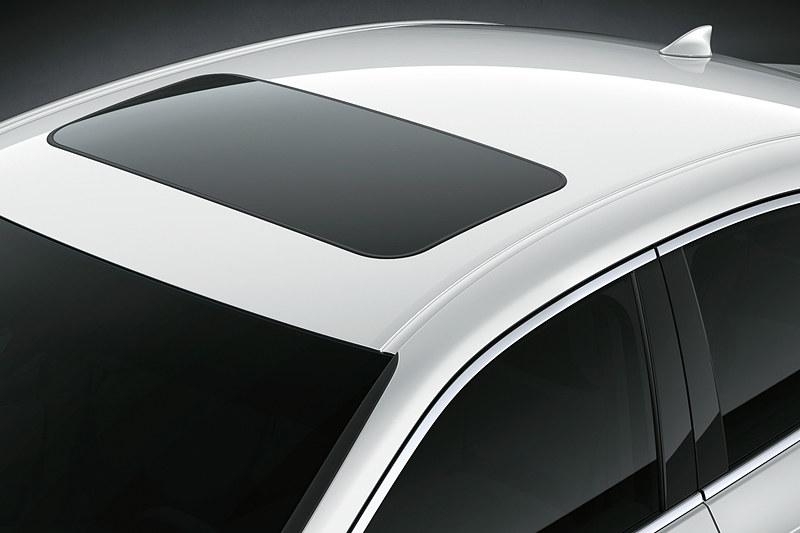 チルト&スライド式の「ムーンルーフ」は全車で標準装備