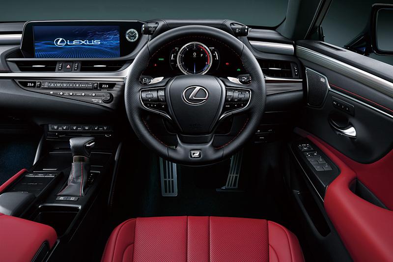 """""""F SPORT""""のステアリングでは、走行性能の開発ドライバーである「TAKUMIドライバー」が運転中にグリップにかかる圧力分布を測定。手のひら中央のフィット感を確保するグリップ断面形状を採用している"""