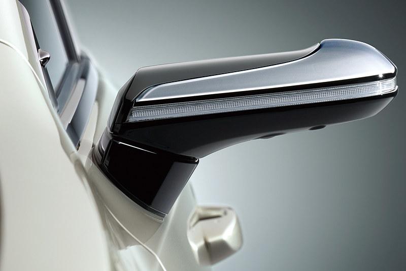 デジタルアウターミラーのハウジングは、メッキ加飾やウインカーを装備