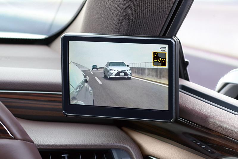 鏡面の代わりに車両後方の状態を映し出す5インチディスプレイ。故障時にはブルースクリーン化して異常発生を通知