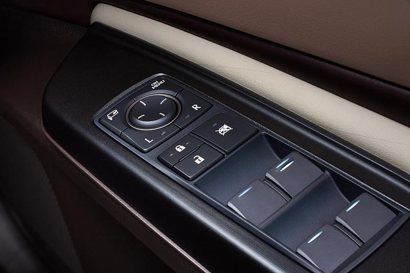 電動ドアミラーと同じように表示角度の調整を行なうほか、機能の切り替えや拡大表示の手動操作などを行なう「ON/MENUボタン」を設定