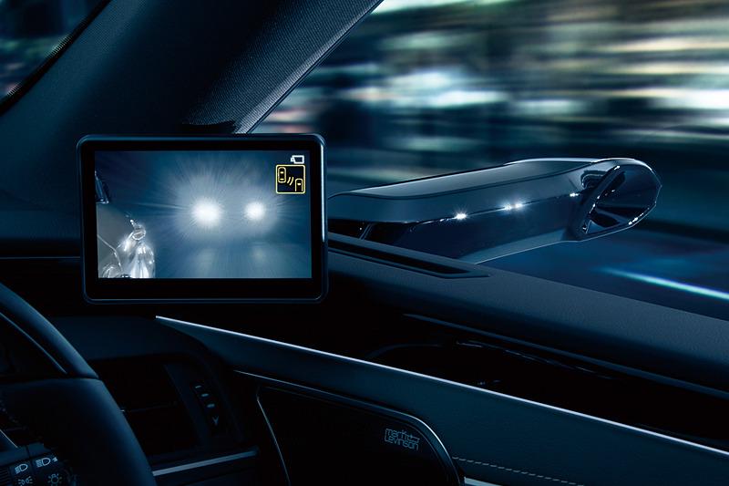 後続車のヘッドライトといった明るすぎる状況に加え、夜間で街灯がないような暗すぎる場所で画像補正を行ない、車両後方の情報量を増やす