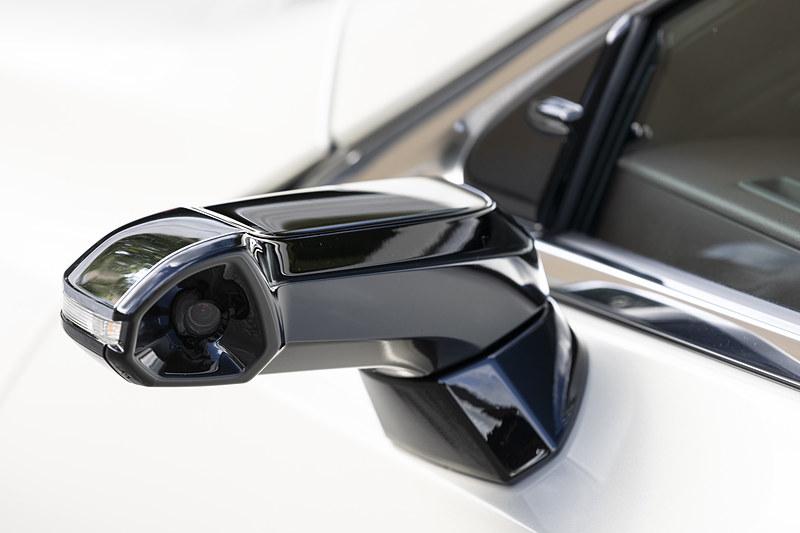 量産車としては世界初となるデジタルアウターミラーをオプション設定