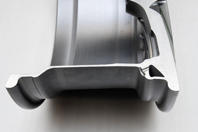 タイヤ内側とリム部に設けられた空気室をつなぐことで共鳴音を低減する仕組み