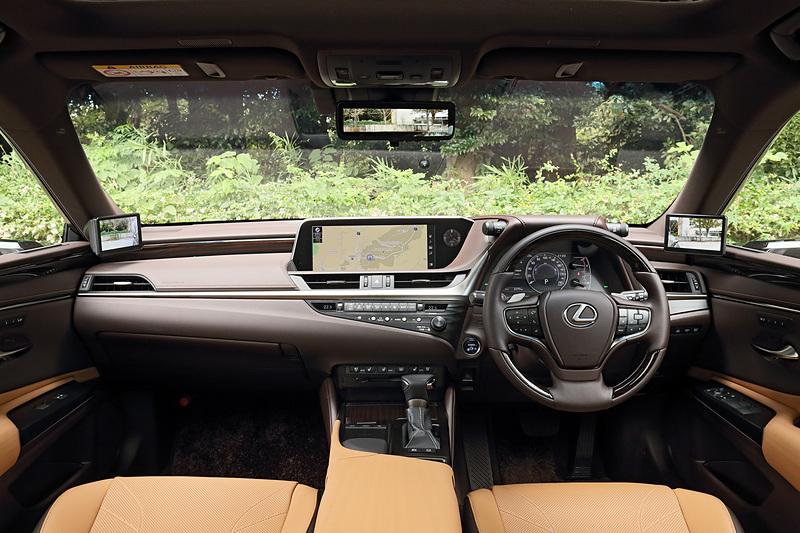 広がり感とともにドライバーズシート側には適度な包まれ感のあるインパネまわり。インテリアカラーはトパーズブラウン