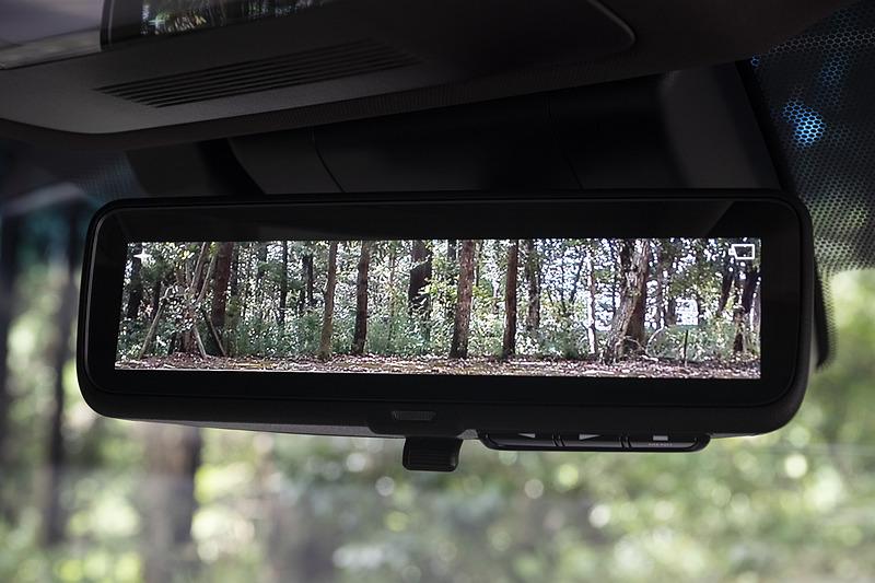 カメラを利用して後方を確認可能なデジタルインナーミラーはES300h以外にオプション設定される