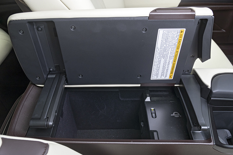 フロントセンターコンソールは左右どちらからも開閉可能。内部にはスマートフォンの充電が可能な「置くだけ充電」も用意