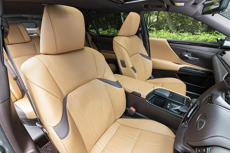 フロントシートはスポーティな形状。version Lはベンチレーション&ヒーター機能付きのセミアニリン本革シートを装備