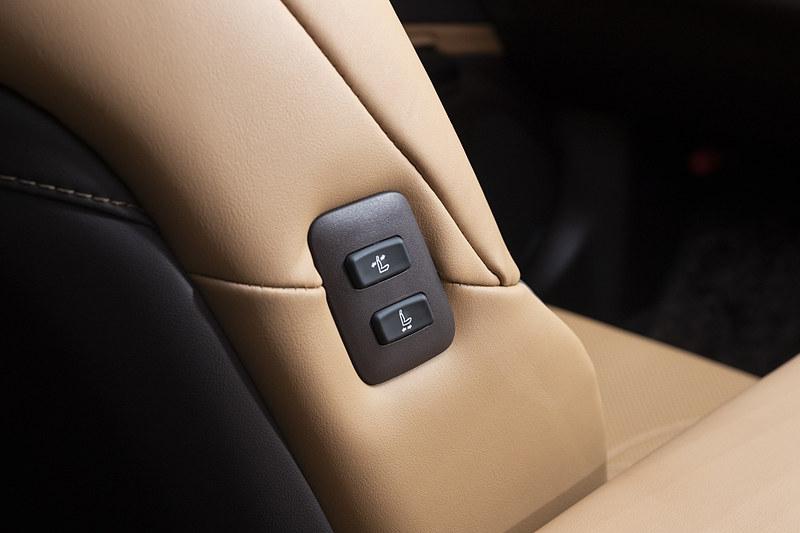 助手席側には後席からスライド&リクライニング可能なスイッチを用意