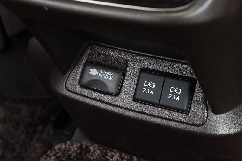 下部には充電用USB端子が付くほかversion LにはAC100Vコンセントも用意される