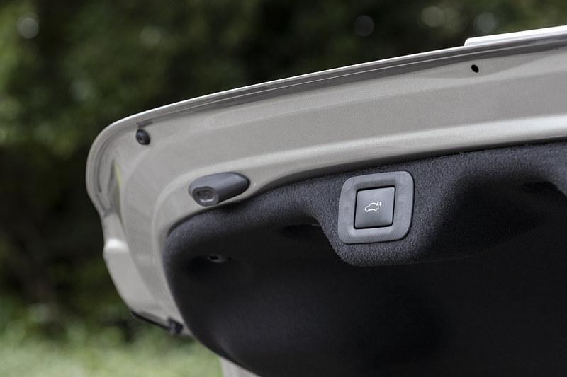 トランクリッドは電動タイプ。スイッチのほかキーを持っていればバンパー下に足を出し入れすることで開閉が可能