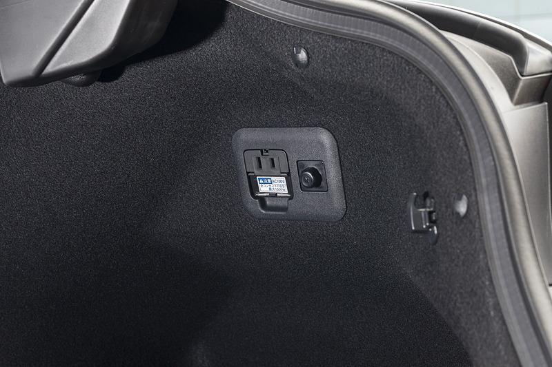 version Lはトランク内にもAC100Vコンセントを装備
