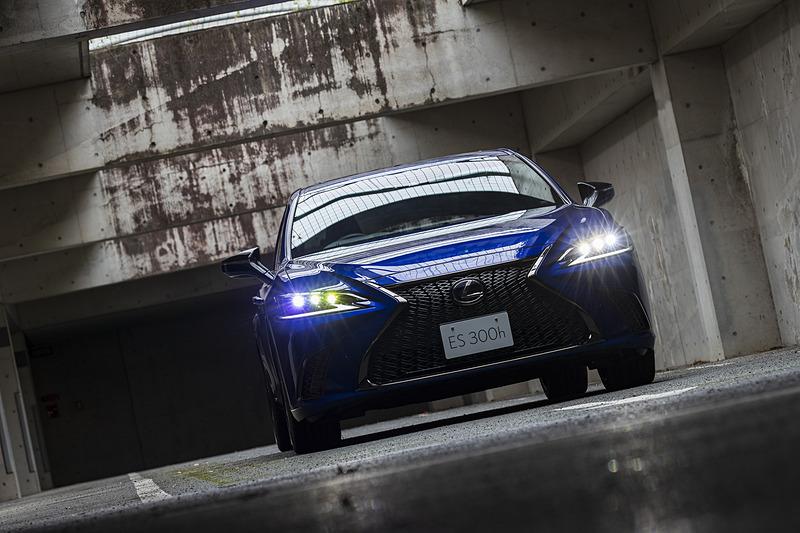 """ES300h""""F SPORT""""。撮影車両のボディカラーは専用色となるヒートブルーコントラストレイヤリング"""