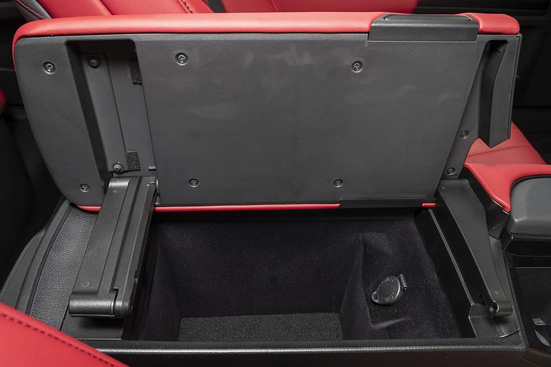 運転席、助手席のどちら側にも開けることが可能なフロントセンターアームレスト。こちらはおくだけ充電がないタイプ