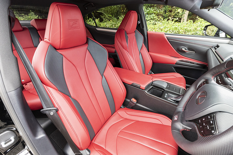 フロントシートは表皮一体発泡工法を採用し高いホールド感を実現。ヘッドレスト部にはエンボスエンブレムも
