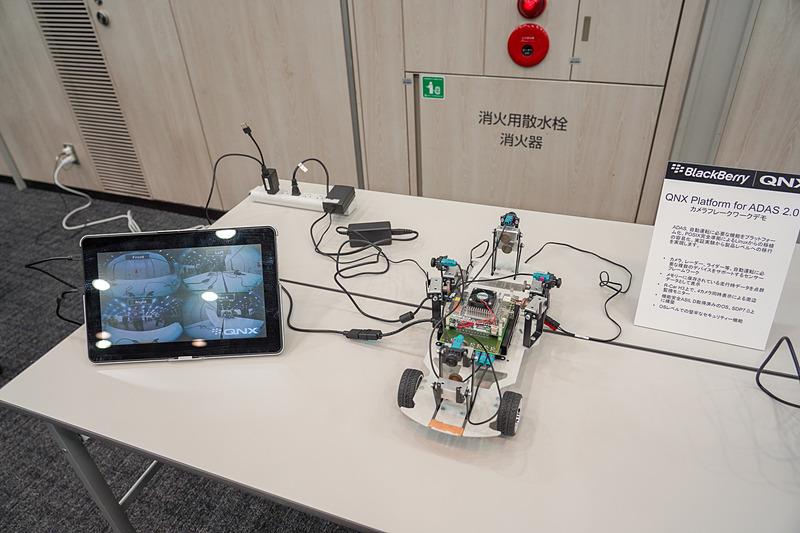 R-CarとQNXを利用したデモ。4つのカメラをコントロールしている