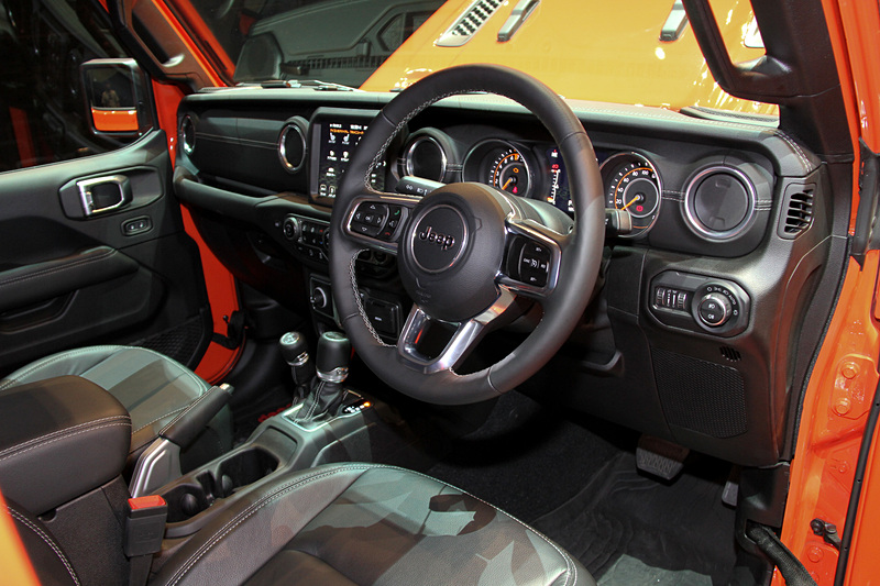 インテリアではかつての「CJシリーズ」を彷彿させる水平基調のダッシュボードを採用する一方で、Apple CarPlay、Android Autoに対応した最新世代の「Uconnect」を全車に搭載