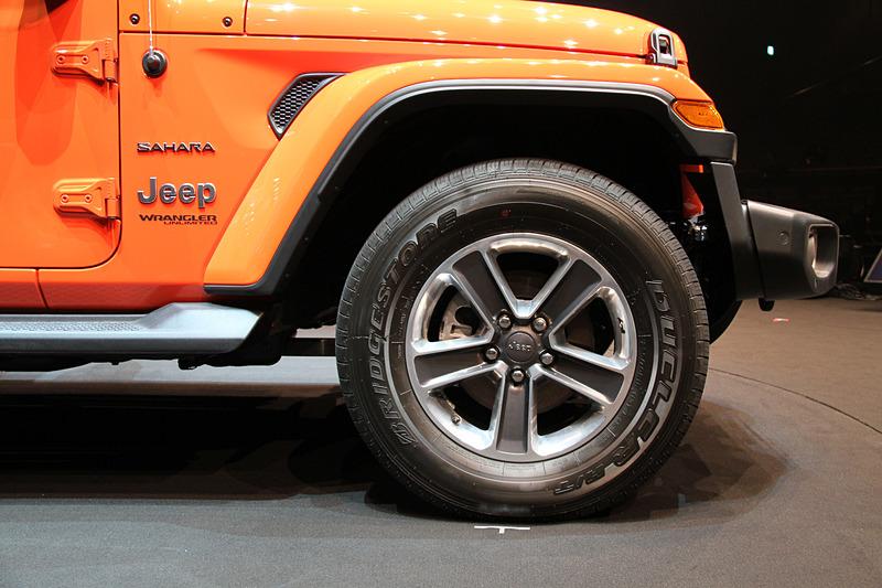 新型ラングラーのエクステリアでは、フロントのウインドシールドの傾斜角を5.8度寝かせるとともに、アコースティックウインドシールドを採用することで空気抵抗や走行ノイズを大幅に低減。また、ドアパネルやフェンダー、ウインドシールドフレームにアルミニウムを、スイングゲートの骨格部分や内側パネルにマグネシウムを用いることで、車両重量の大幅な軽量化を実現している