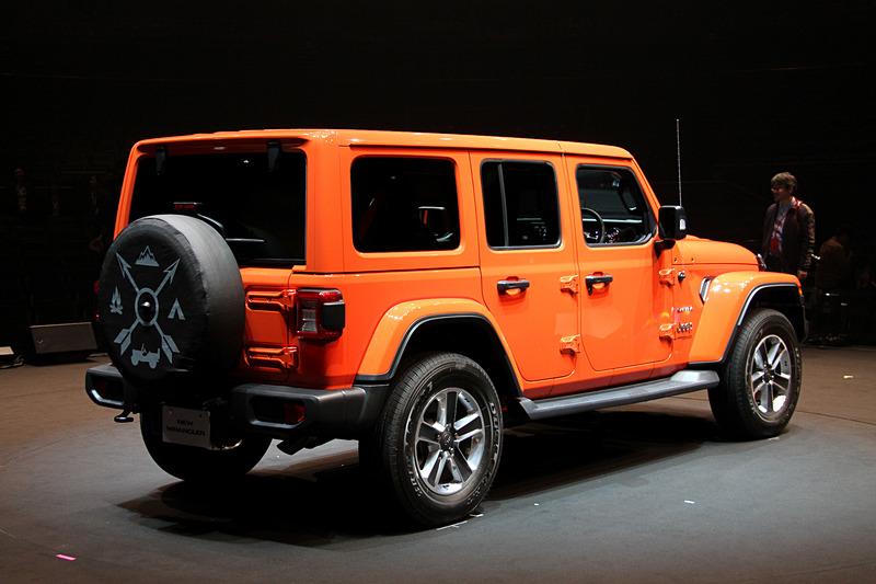 写真は5ドアの発売記念仕様車「Unlimited Sahara Launch Edition」で、ボディサイズは4870×1895×1840mm(全長×全幅×全高)、ホイールベースは3010mm