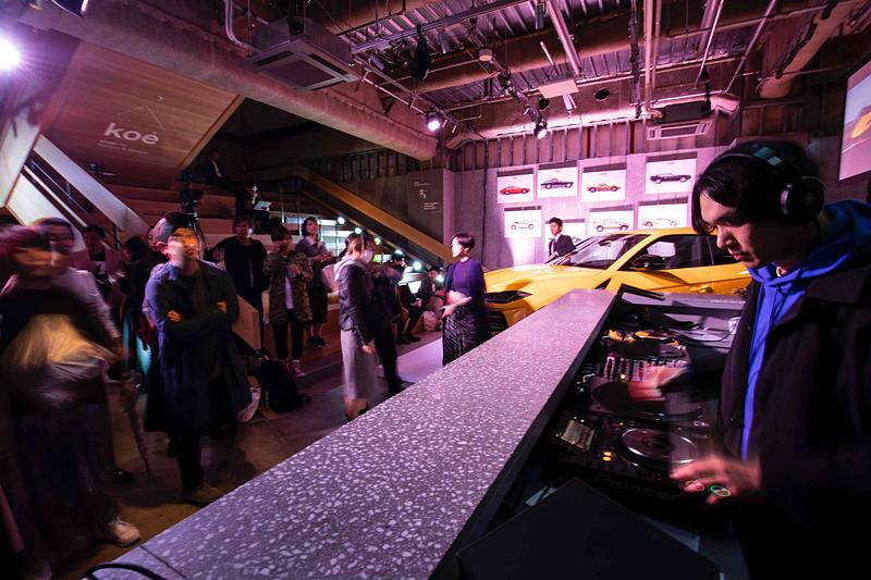 会場にはウルスとともにウラカン ペルフォルマンテ スパイダーを展示したほか、hotel koe tokyoプロデュースによるDJが会場を盛り上げた