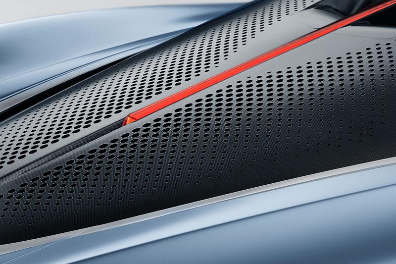 車体後方にある特許技術の「アクティブ・リア・エルロン」は、デザインの一貫性を保ちつつ、エアロドラッグを最小限に抑制