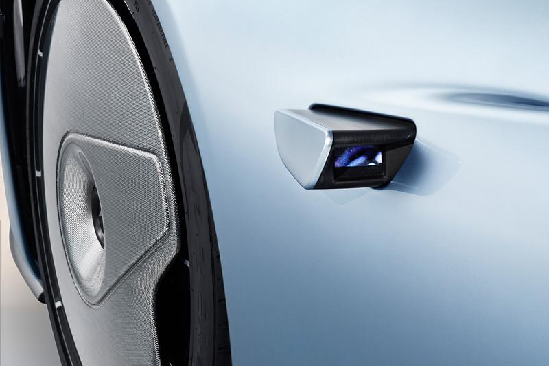 従来のドアミラーの代わりとなる格納式の「デジタル・リアビュー・カメラ」。小型の高解像度デジタルカメラを使うことでエアフローへの影響を最小限に抑制し、「ヴェロシティ・モード」を選択した場合はカメラがドア内部に格納される