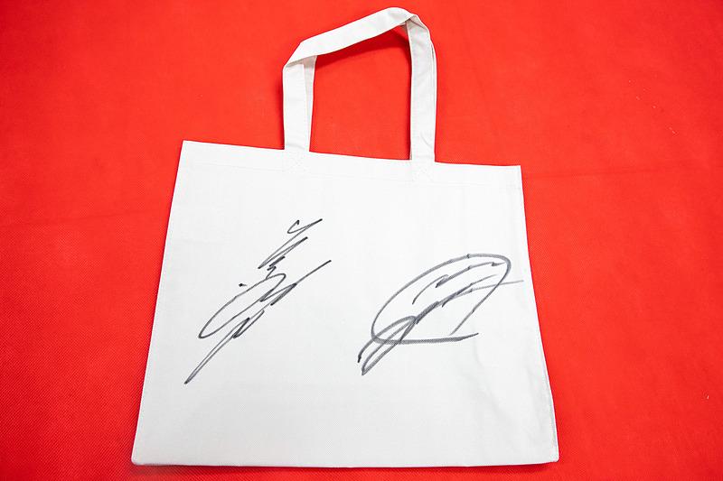 道上龍選手と大津弘樹選手のサインが大きく書かれている