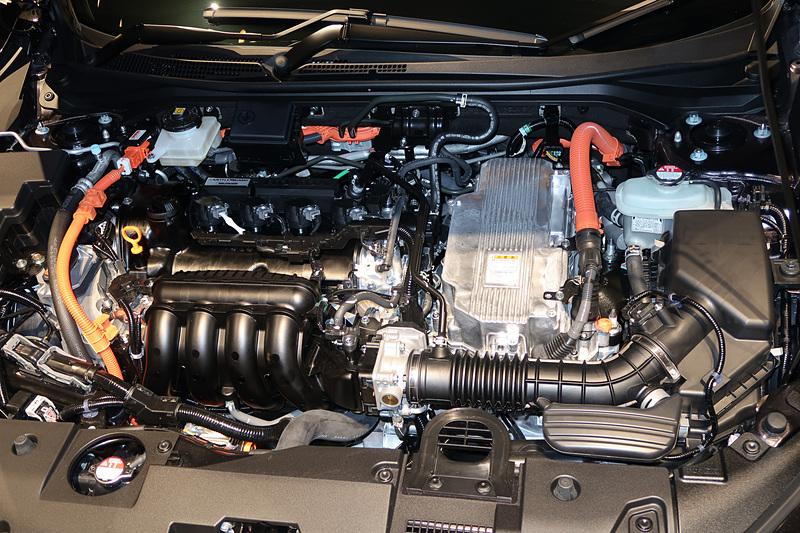 最高出力80kW(109PS)/6000rpm、最大トルク134Nm(13.7kgfm)/5000rpmを発生するエンジン、最高出力96kW(131PS)/4000-8000rpm、最大トルク267Nm(27.2kgfm)/0-3000rpmを発生するモーターを組み合わせて使う「SPORT HYBRID i-MMD」を採用