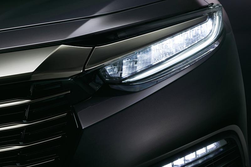 インラインタイプのLEDヘッドライトを全車標準装備